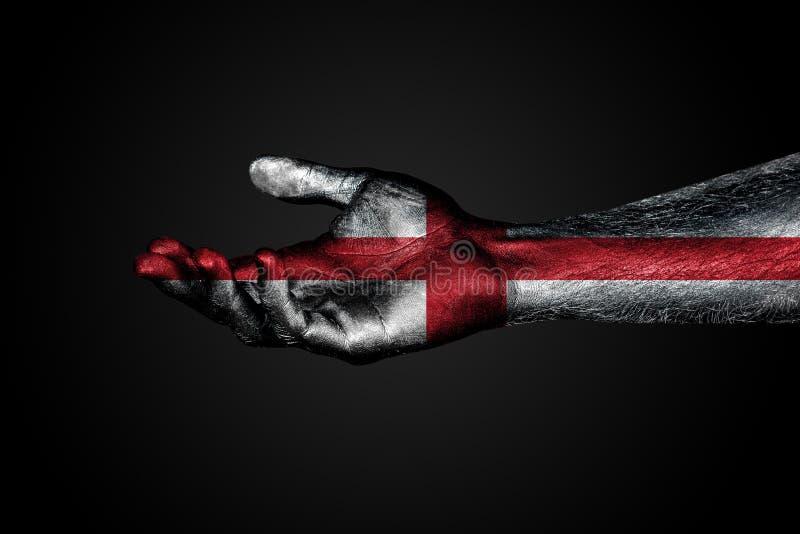 Szeroko rozpościerać ręka z malującą flagą Anglia, pomoc znak lub prośba na ciemnym tle, zdjęcie royalty free