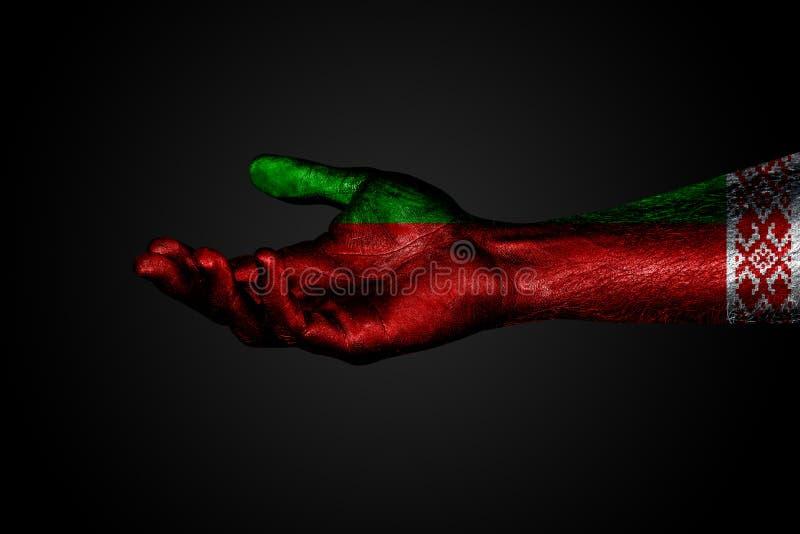 Szeroko rozpościerać ręka z malującą flagą Białoruś, pomoc znak lub prośba na ciemnym tle, royalty ilustracja