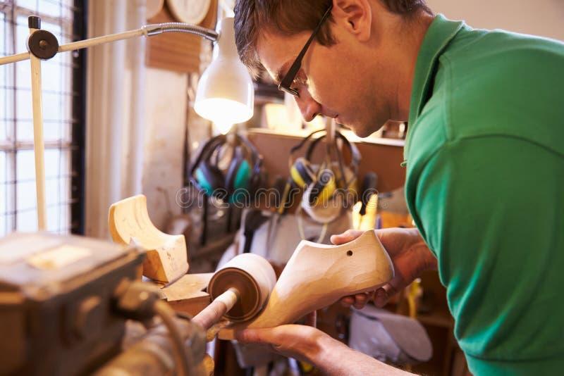 Szewc buta sanding kopyto_szewski w warsztacie obrazy stock