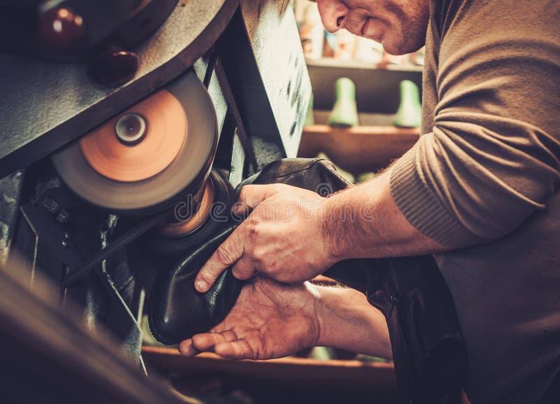 Szewc napraw buty w pracownianej rzemiosło ostrzarza maszynie obrazy stock
