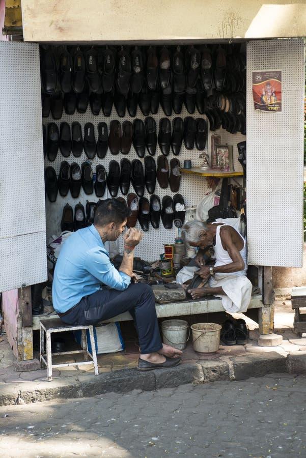 Szewc zacerowania buty Mumbai indu zdjęcie royalty free