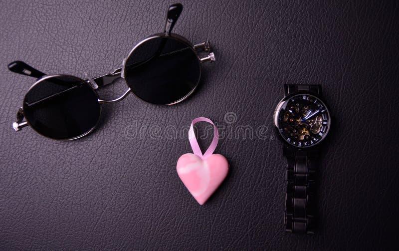 szkła i zegar w stylu steampunk z różowym sercem w centrum na czarnym tle fotografia stock