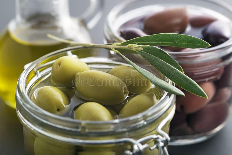 szkła zieleni słoju oliwki fotografia royalty free