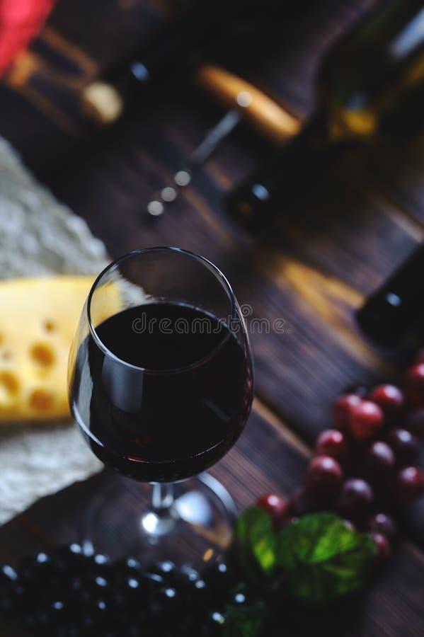 Szkło czerwonych win winogrona i ser zdjęcie stock