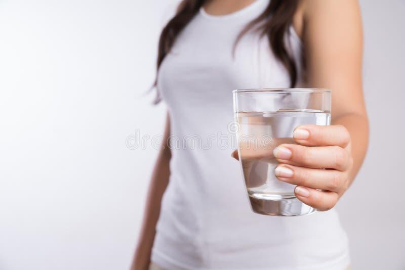Szkło czysta woda mineralna w kobiety ` s rękach Pojęcie środowisko ochrona, zdrowy napój i opieka zdrowotna, zdjęcia stock