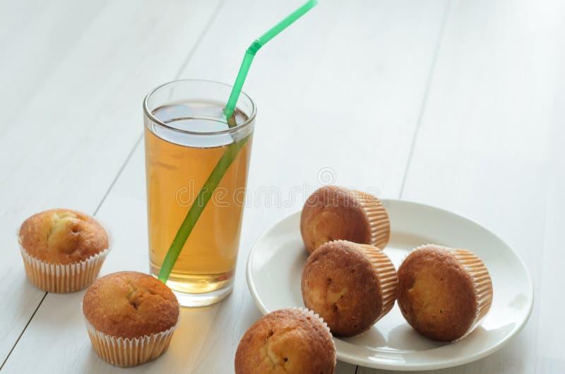 Szkło Jabłczany grapefruitowy sok, trzy słodka bułeczka na talerzu i więcej, trzy słodkiego słodka bułeczka Świeży śniadanie na obrazy royalty free
