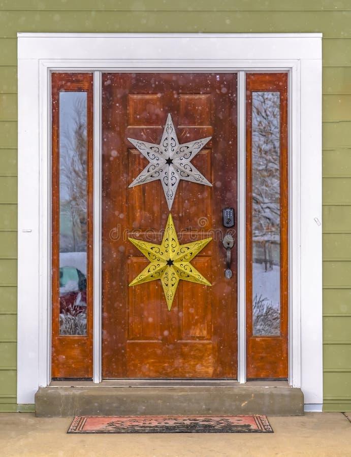 Szkło paned drewniany drzwi z gwiazdową dekoracją zdjęcia royalty free