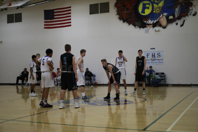 Szkół średnich drużyny koszykarskie na boisko do koszykówki obraz stock