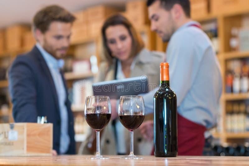 Szk?a czerwone wino i butelka w wino lochu obraz royalty free