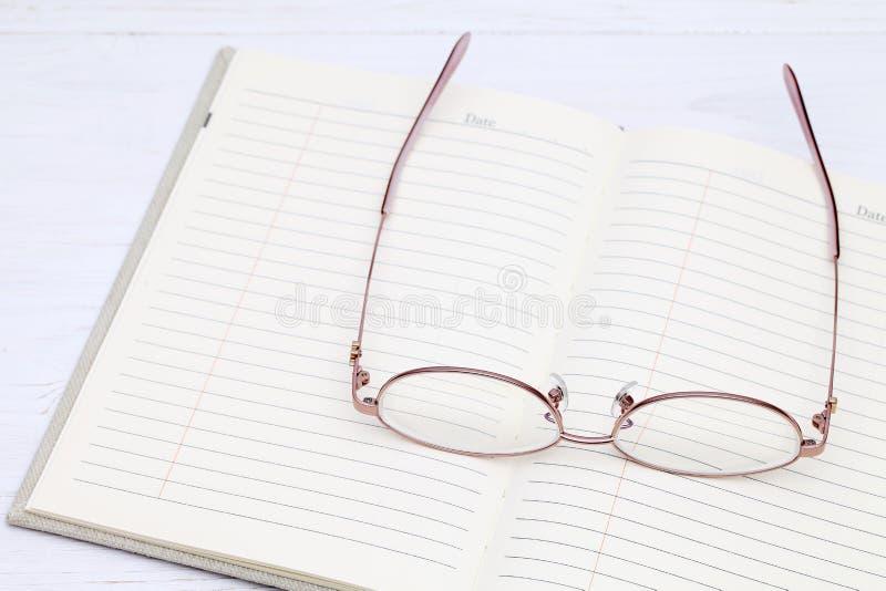 Szkła i notatnik zdjęcia stock