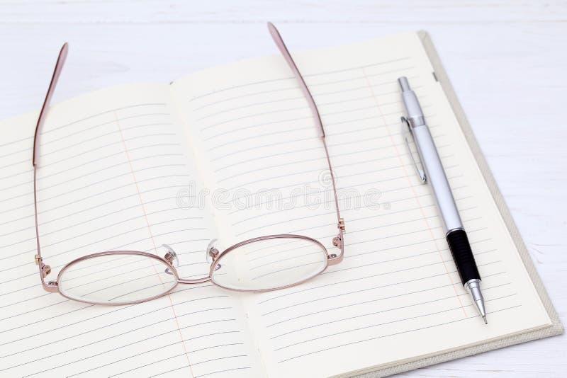 Szkła i notatnik obraz royalty free