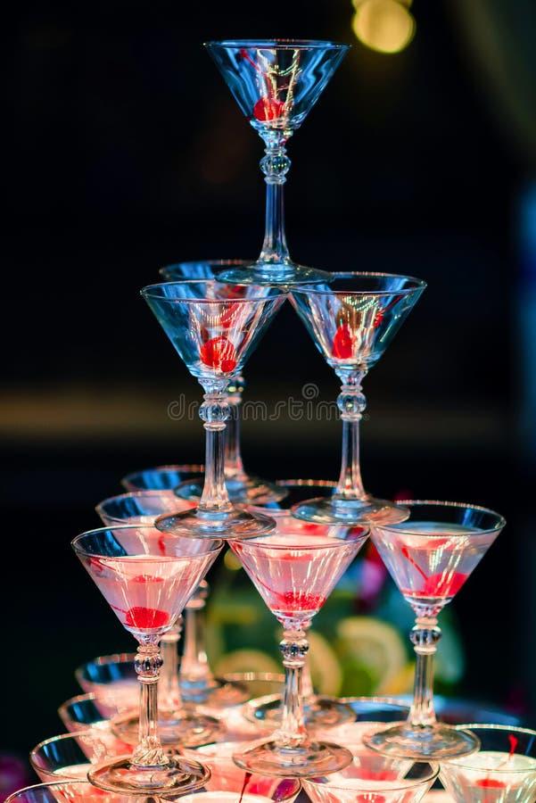 Szkła Martini koktajl z jaskrawym oświetleniem obraz royalty free
