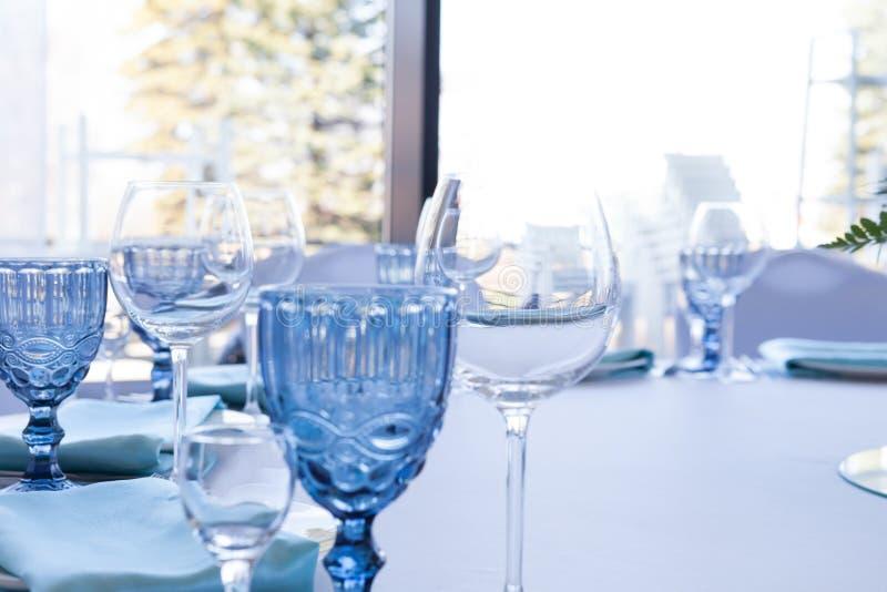 Szkła na ślubu stole na lekkim tle obrazy stock