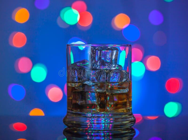 szkła odosobniony odbicia whisky biel fotografia royalty free