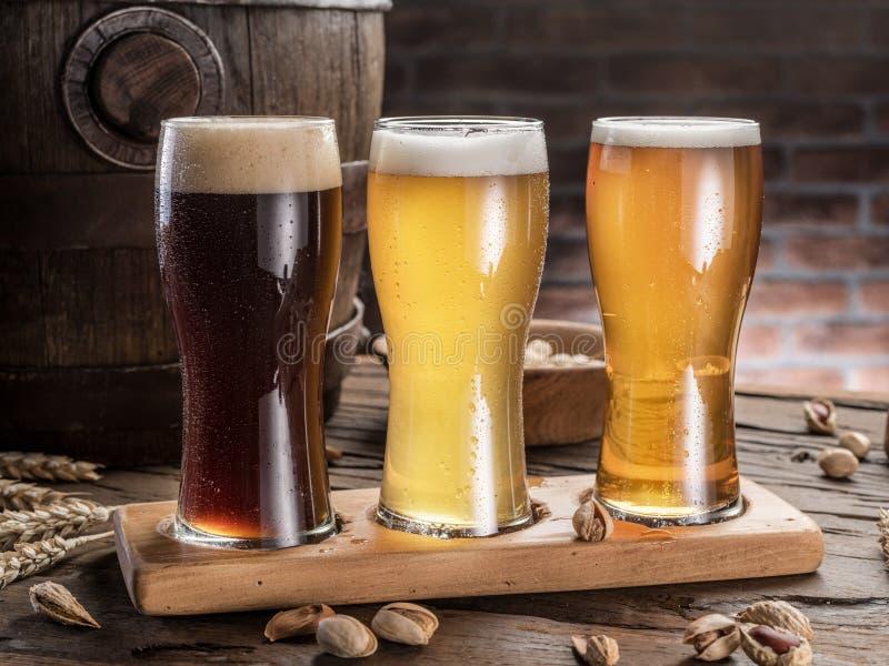 Szkła piwo i ale beczkują na drewnianym stole Rzemiosło piwowar zdjęcie royalty free