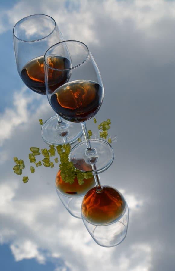 Szkła wino, chmury i kopaliny, zdjęcia stock