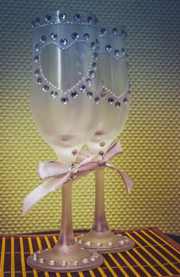 Szkła wino w rękach państwo młodzi fotografia royalty free