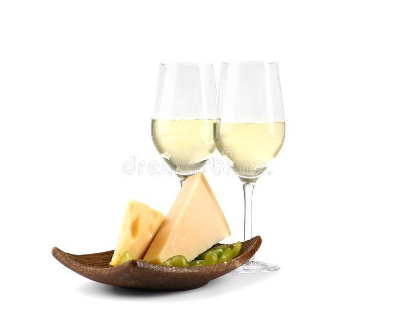 Szkła wino z sera i cięcia dojrzałymi winogronami na białym tle zdjęcie stock