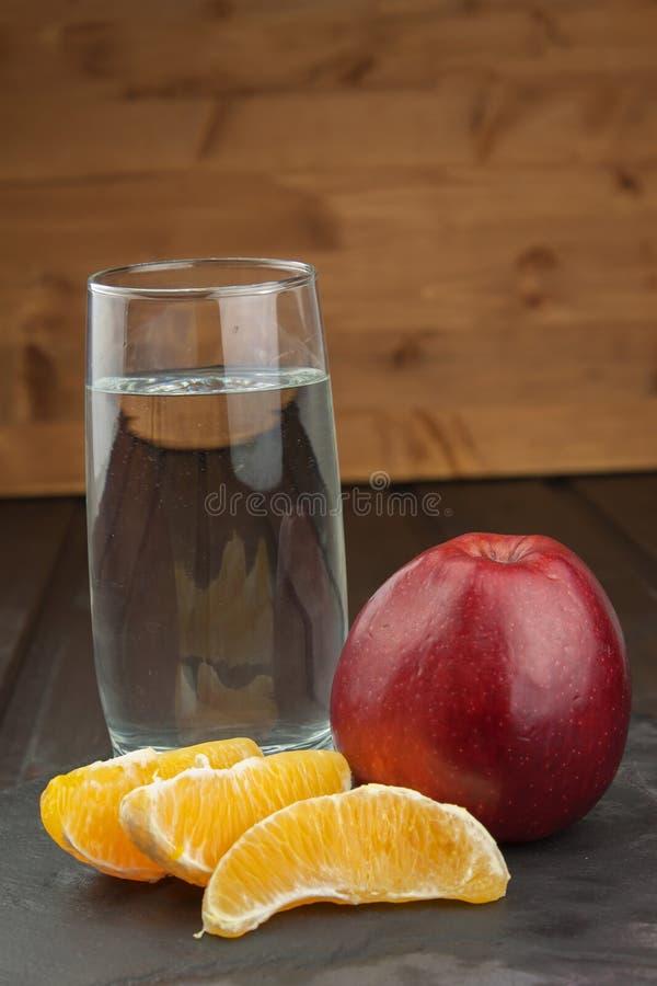 Szkła woda i owoc Jedzenie dla ciężar redukci dieta program Kontrolowana dieta Zdrowa dieta dla atlet zdjęcia royalty free