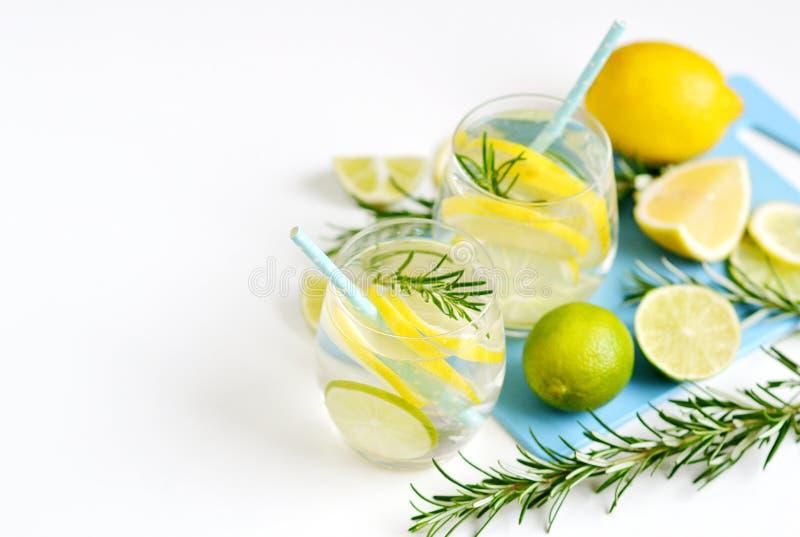 Szkła z świeżej wody cytryny wapna Rozmarynowymi owoc fotografia stock