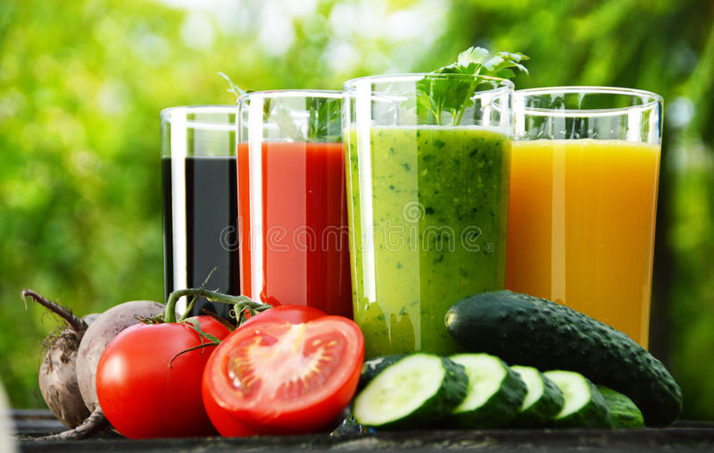 Szkła z świeżymi jarzynowymi sokami w ogródzie Detox dieta zdjęcie royalty free