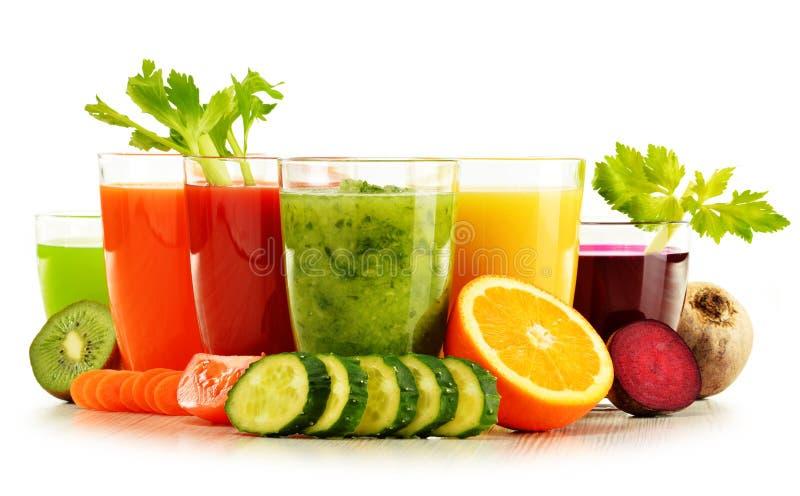 Szkła z świeżymi organicznie jarzynowymi i owocowymi sokami na bielu fotografia stock
