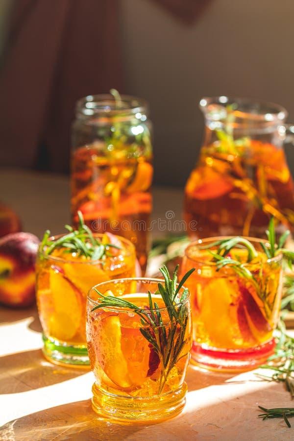 Szkła z kroplami słodka brzoskwinia zamrażali herbaty fotografia royalty free
