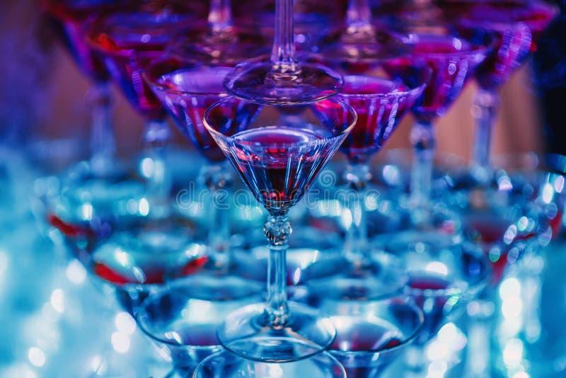 Szkła z Martini koktajlem z pozafioletowym kolorem zdjęcie royalty free