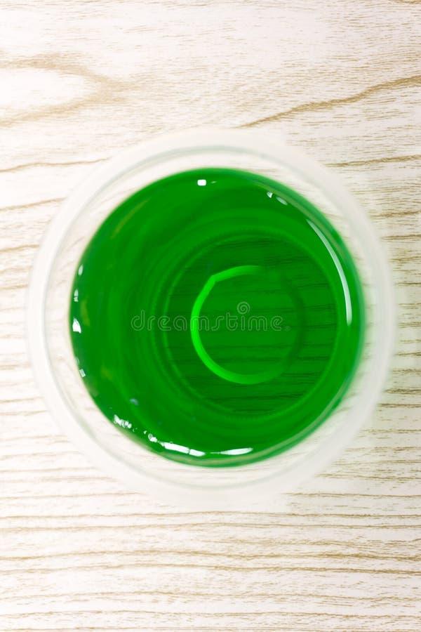 Szkła z smakowitym panny cotta na statywowym zbliżeniu zdjęcie royalty free
