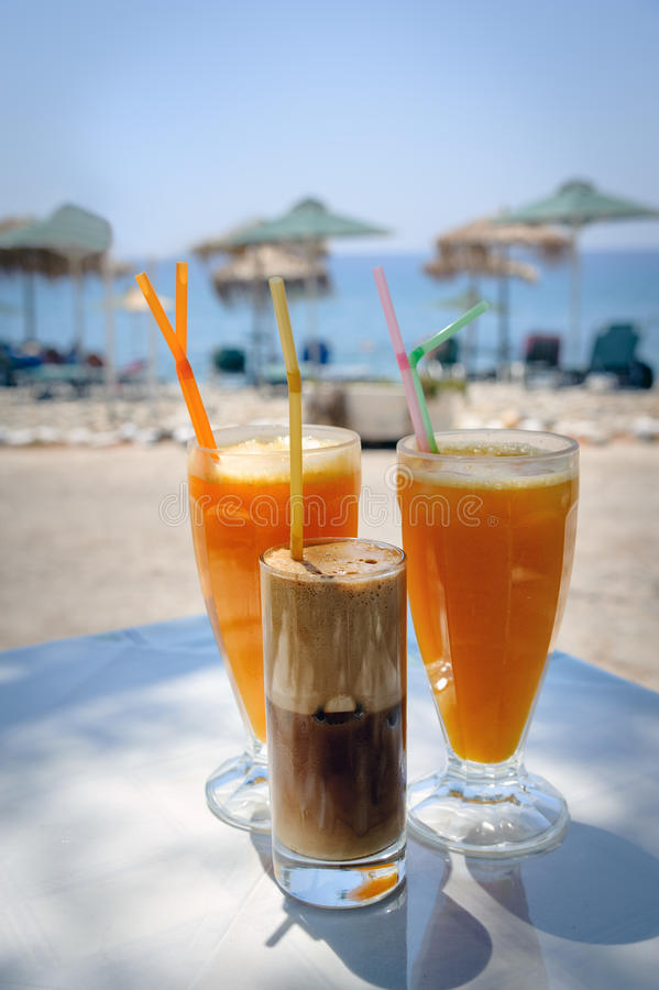 Szkła z sokiem pomarańczowym i frappe na stole w tradycyjnej greckiej tawernie obraz royalty free