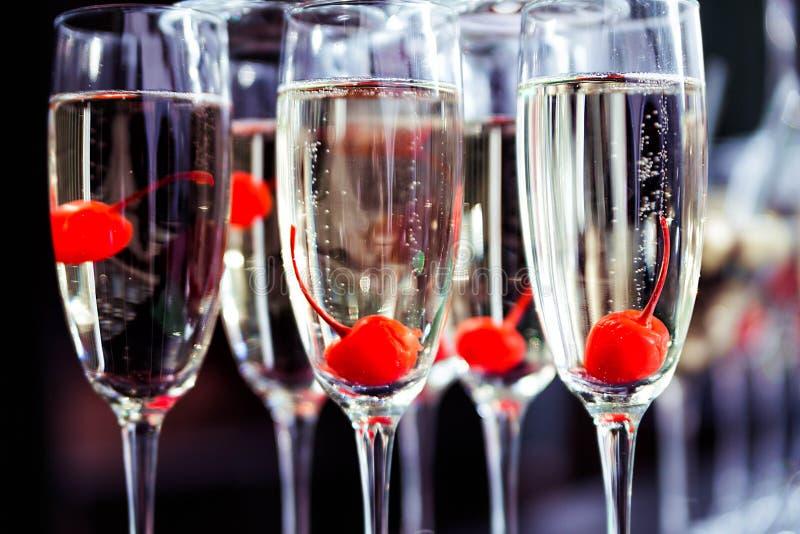 Szkła z szampanem i wiśnią Outside gościa przyjęcie obrazy stock