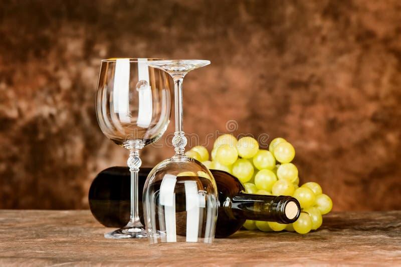 Szkła z win winogronami i butelką obraz stock