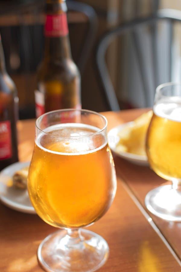 Szkła zimny piwo z wyśmienicie tapas obrazy stock