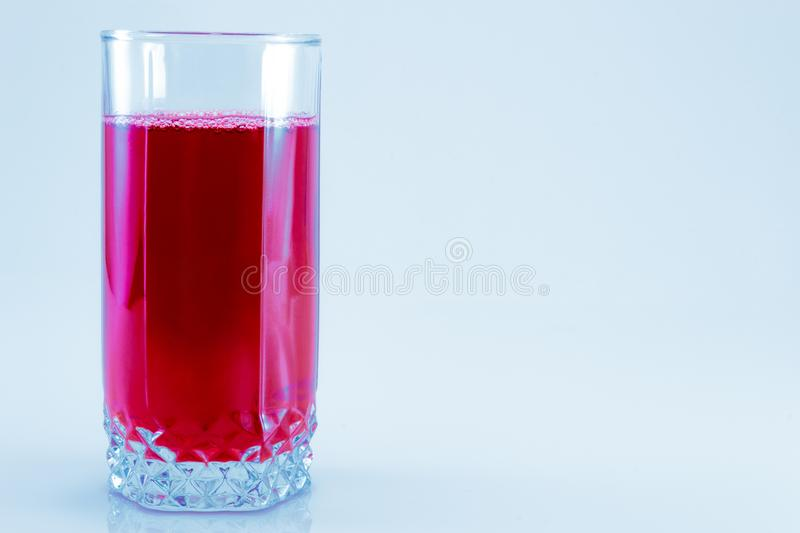 Szkło świeży cranberry sok odizolowywający na białym tle, odgórny widok zdjęcie stock
