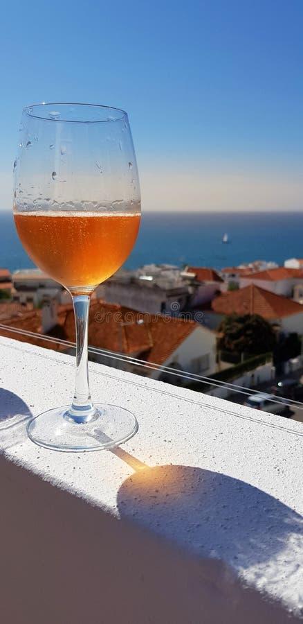 Szkło świeży napoju i morza widok od apartamentu na najwyższym piętrze tarasuje w Albufeira, Algarve, Portugalia zdjęcia stock