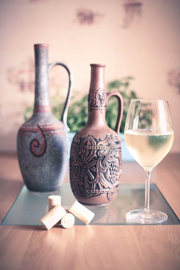 Szkło białego wina korek na stole i butelki fotografia royalty free