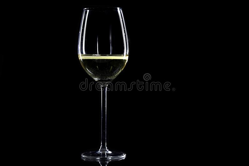 Szkło biały wino na czerni zdjęcia stock
