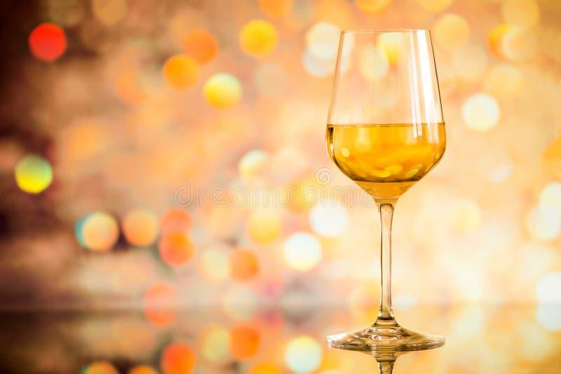 Szkło biały wino przeciw rozjarzonemu bokeh - odbitkowa przestrzeń, wybiórka obrazy stock