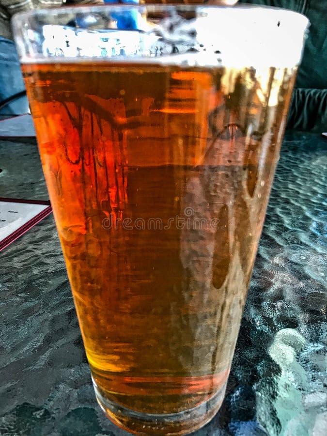 Szkło ciemny piwo na stole zdjęcie stock