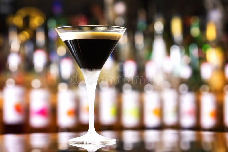 Szkło czarny rosyjski koktajl przy baru kontuarem obrazy royalty free