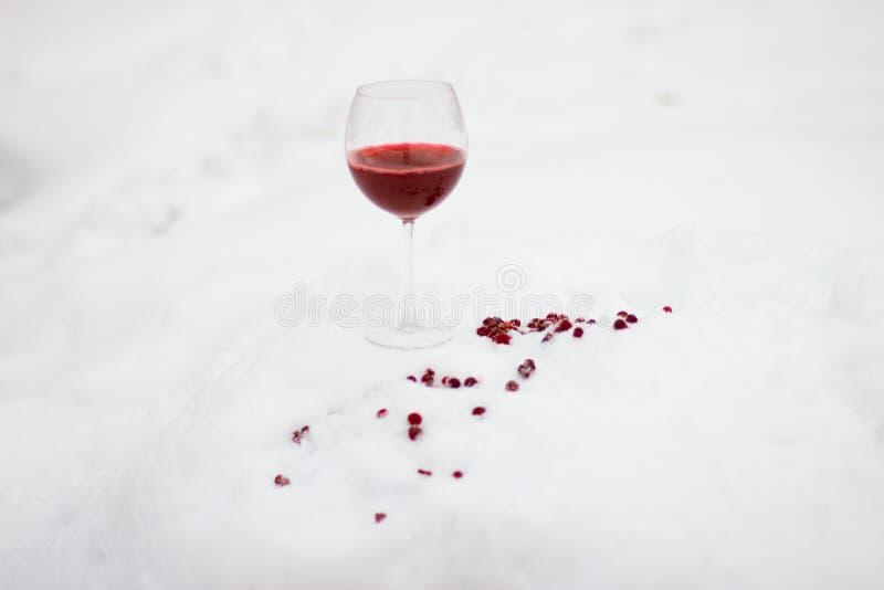 Szkło czerwone wino na białym śniegu obrazy stock