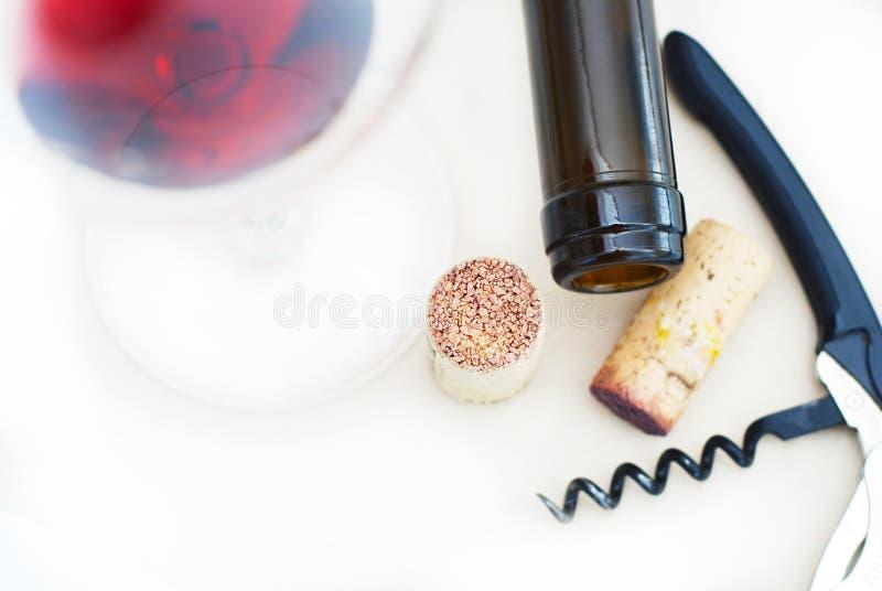 Szkło czerwonego wina Corkscrew wina butelka Corcks Isoalted na Białym Odgórnego widoku mieszkaniu Lay fotografia stock