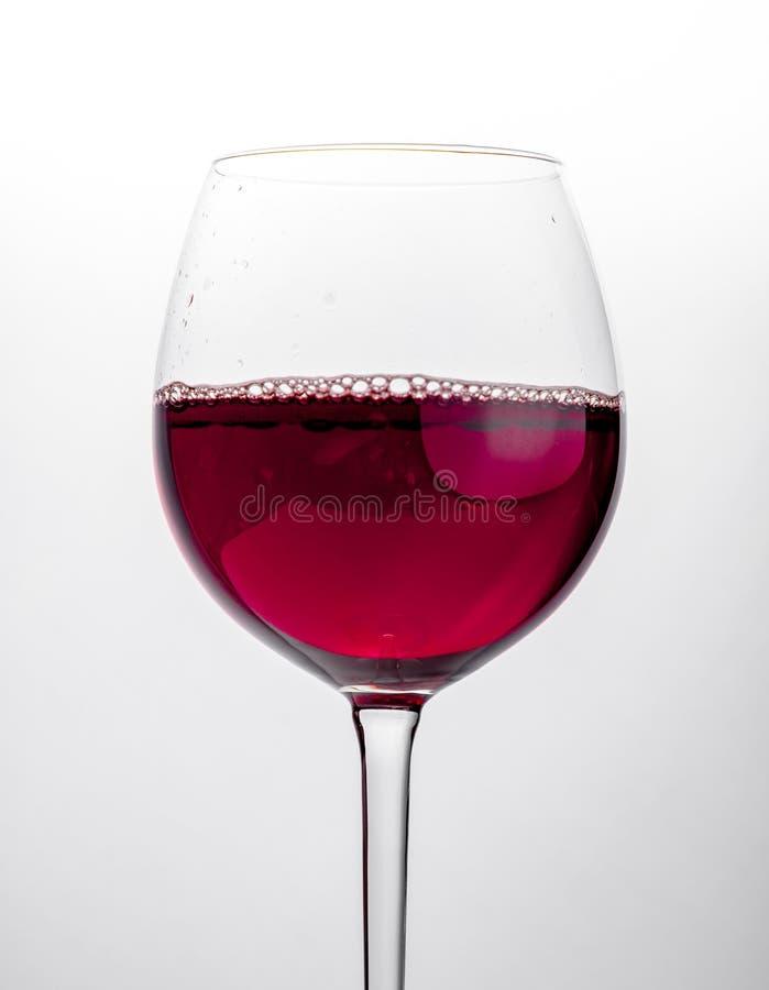 Szkło czerwonego wina zakończenie nad białym tłem fotografia royalty free
