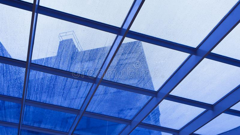 Szkło dach pod deszczem obrazy stock