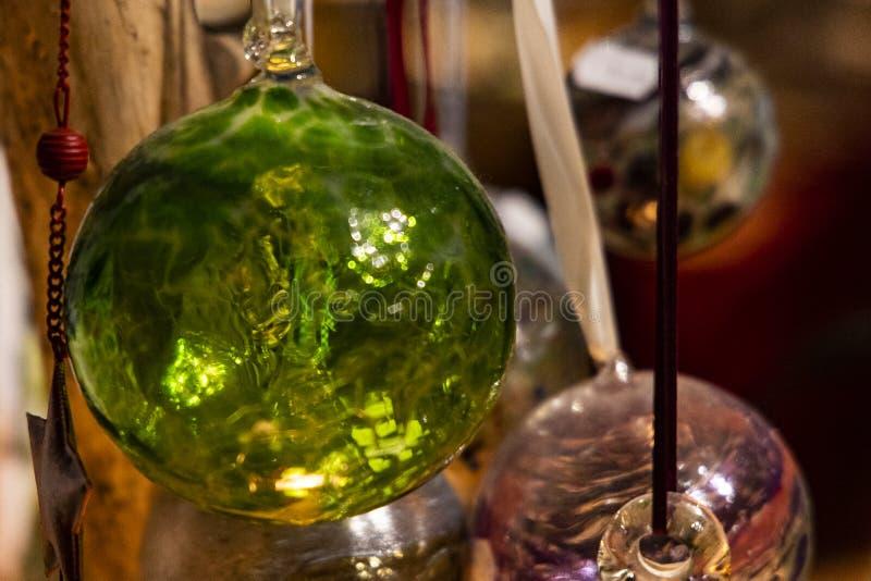 Szkło dmuchający ręka wykonujący ręcznie boże narodzenie ornament fotografia stock