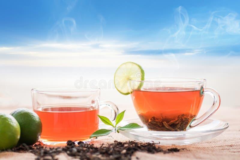 szkło gorąca herbata na konopie stole w morningwith niebieskim niebie i worku obrazy stock