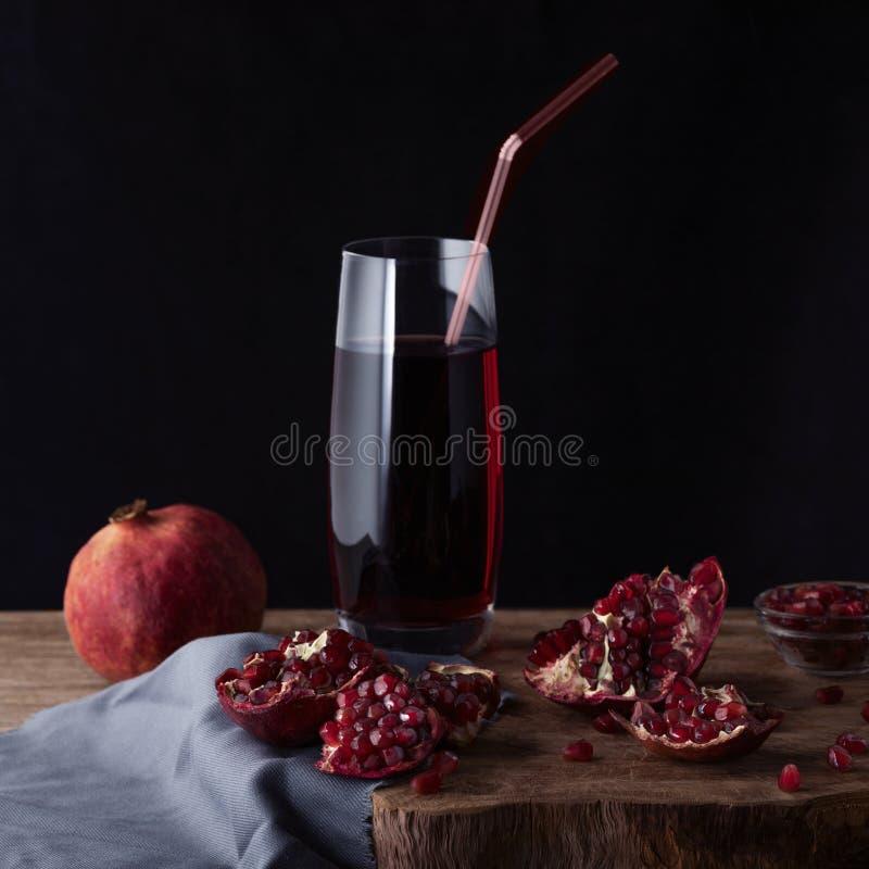 Szkło granatowa sok z granatowów plasterkami i garnet owoc obrazy royalty free