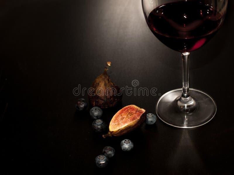 Szkło i butelka czerwone wino, brie ser na drewnianym talerzu, zdjęcia stock