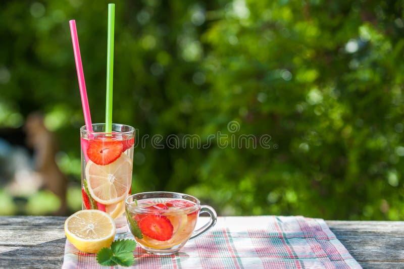 Szkło i puchar detox woda Truskawki, cytryny i mennicy wi, zdjęcia stock