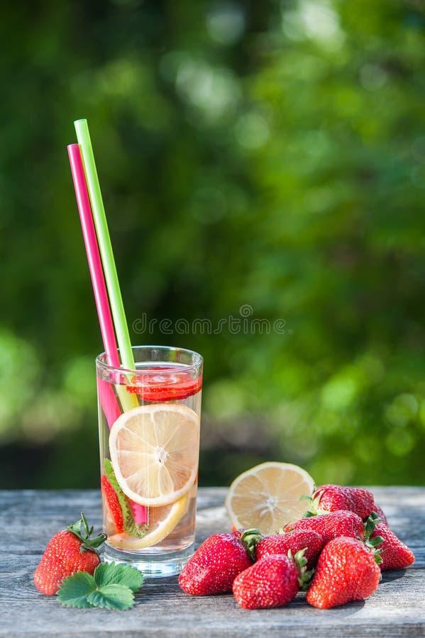 Szkło i puchar detox woda Truskawki, cytryny i mennicy wi, fotografia royalty free